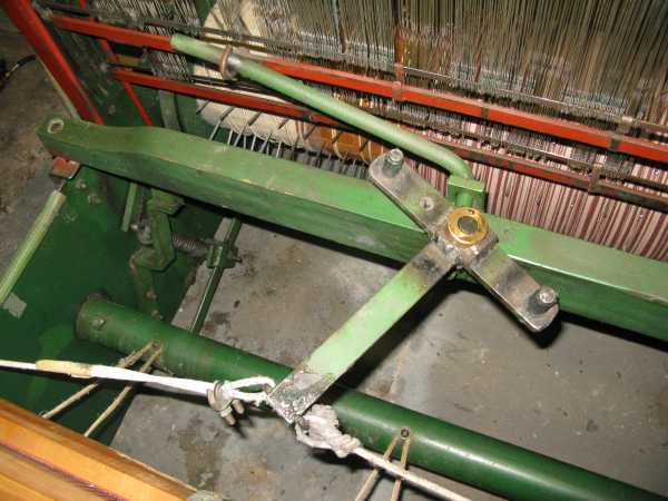 mechanism behind and below the beater beam which works the flyshuttle